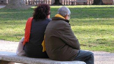 Älteres Paar auf Parkbank