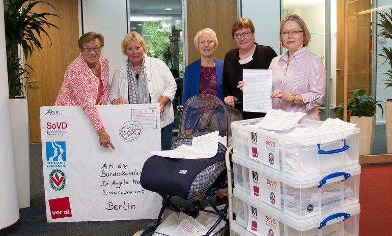 """Übergabe von 110.000 Unterschriften der Aktion """"Für eine gerechte Mütterrente"""" am 01.06.2016 an Iris Gleicke (Beauftragte der Bundesregierung für die neuen Bundesländer)"""