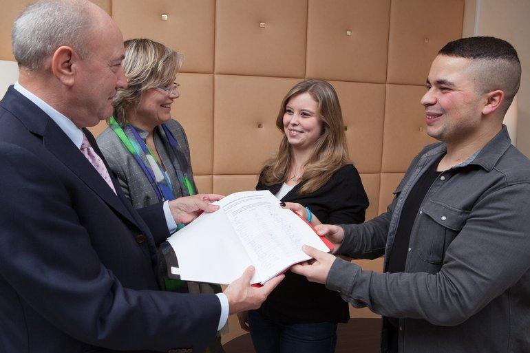 Übergabe der Forderungen und Unterschriften der Jugendgruppe der DRV an Welskop-Deffaa und Schillinger am 02.12.2015.