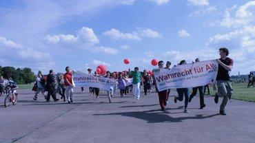 """Aktion zur Kampagne """"Wahlrecht für alle"""" auf dem Tempelhofer Feld in Berlin"""