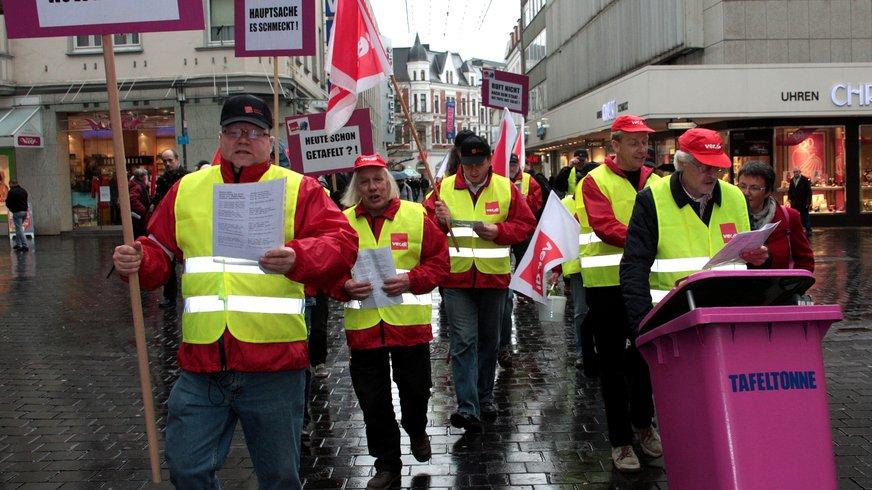"""ver.di-Erwerbslose auf einer Demonstration:20 Jahre Tafeln sind genug/ """"rosa Tonne"""""""