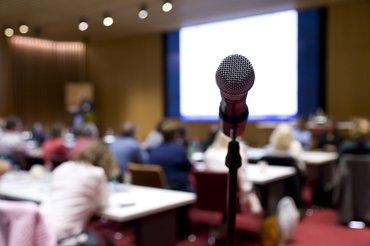 Mikrofon mit unscharfem Plenum im Hintergrund
