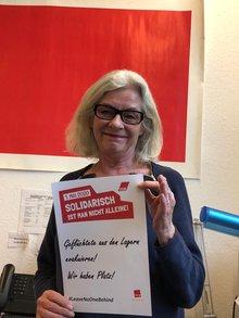 Emilija mit dem Schild zur Kampagne #LeaveNoOneBehind