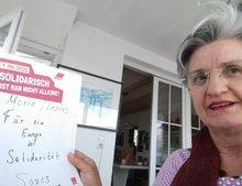 Hamiye mit dem Schild zur Kampagne #LeaveNoOneBehind