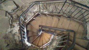 Blick von oben auf eine Wendeltreppe
