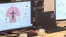 Laptop und Monitore auf einem Tisch
