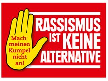 """eine Handfläche mit dem Schriftzug """"Mach' meinen Kumpel nicht an!"""" und daneben ein Schriftzug """"Rassismus ist keine Alternative"""""""